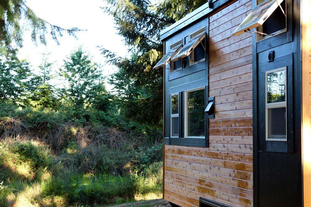 Деревянный фасад маленького домика