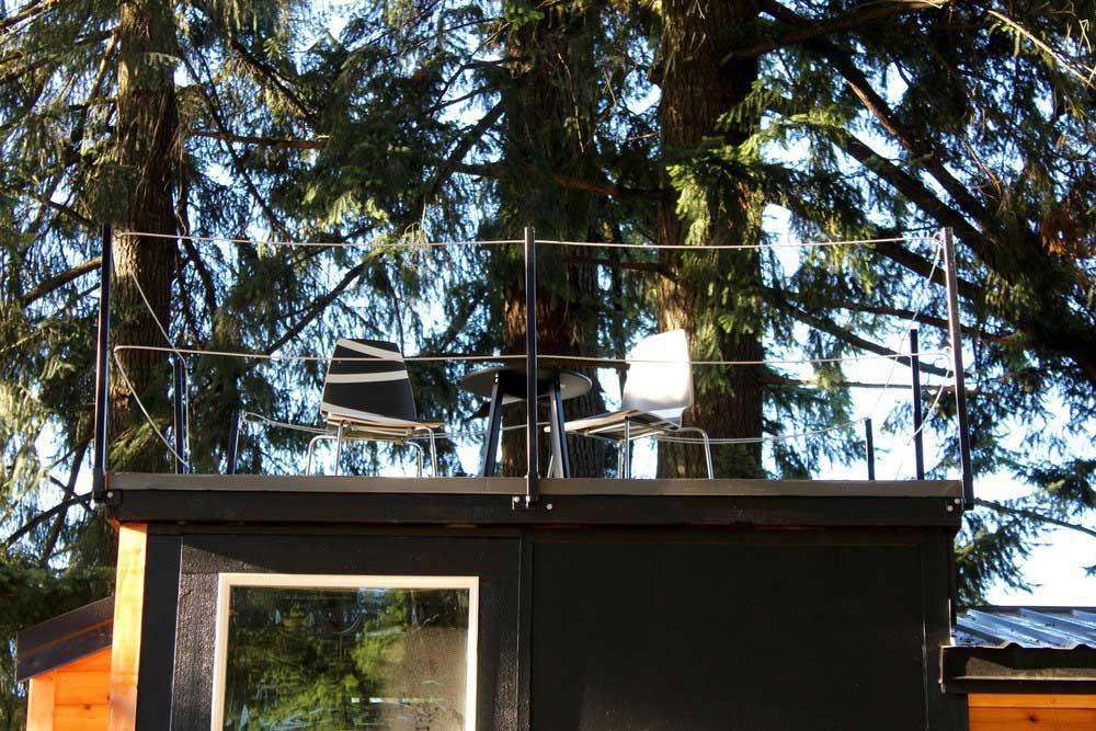 Зона отдыха на крыше маленького домика