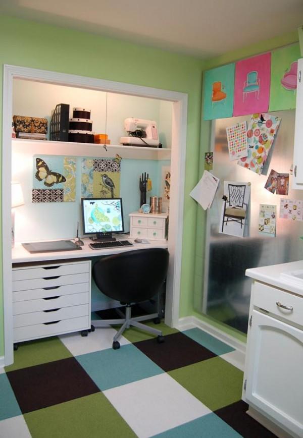 Интерьер маленького офиса в шкафу