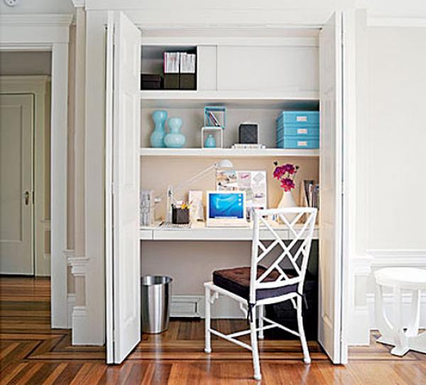 Интерьер маленького офиса в платяном шкафу