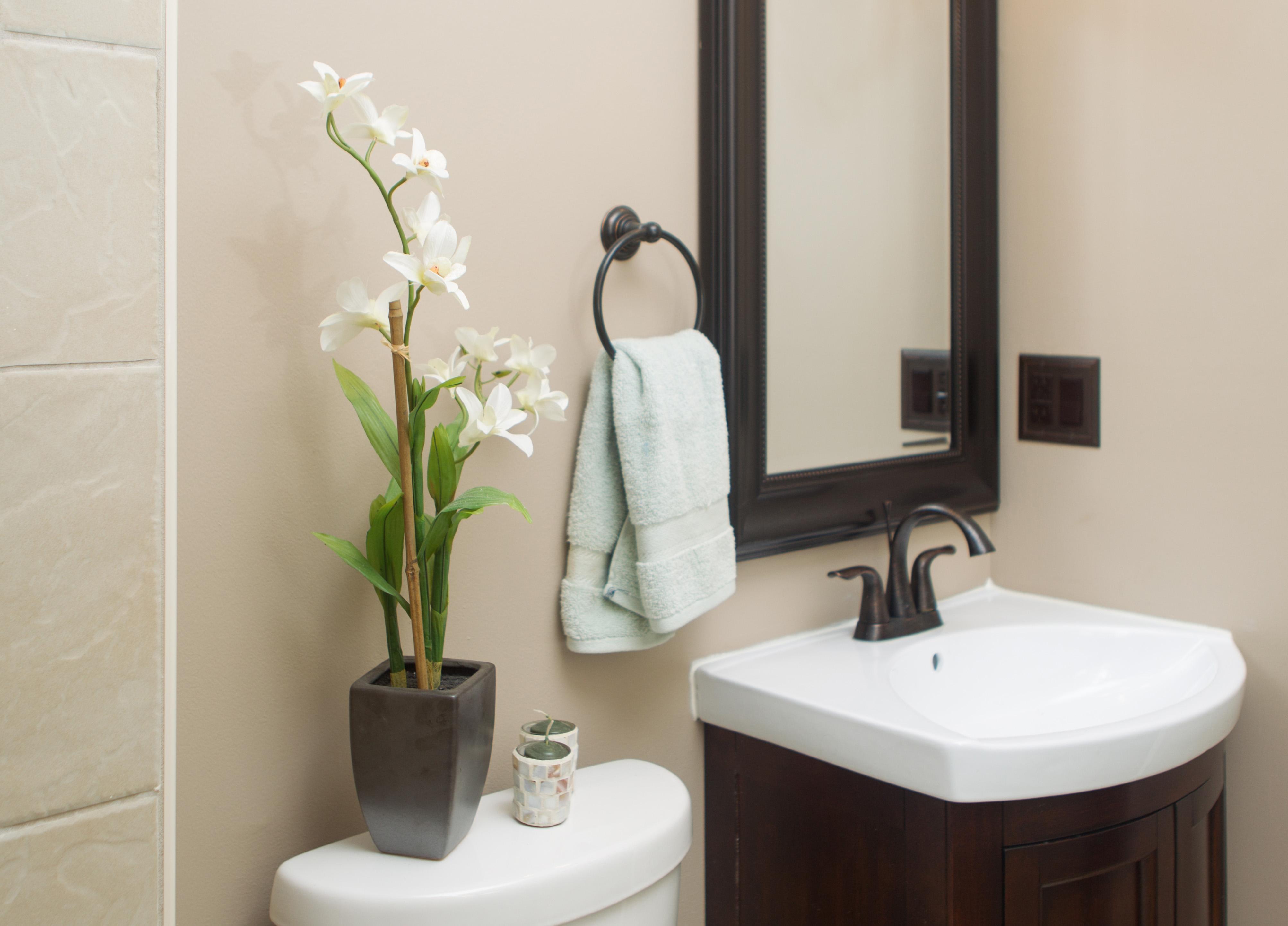 Орхидея в маленькой ванной