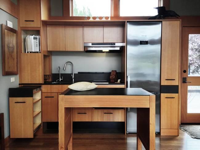 Кухня с островом маленького загородного дома от GreenPod