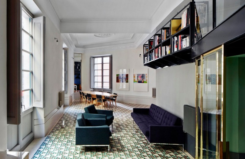 Интерьер маленькой двухуровневой квартиры от David Kohn Architects