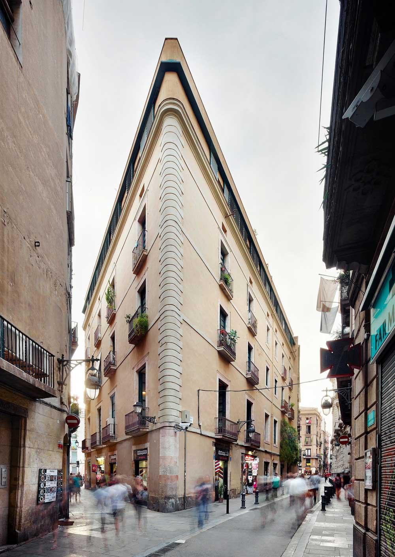 Необычное здание треугольной формы
