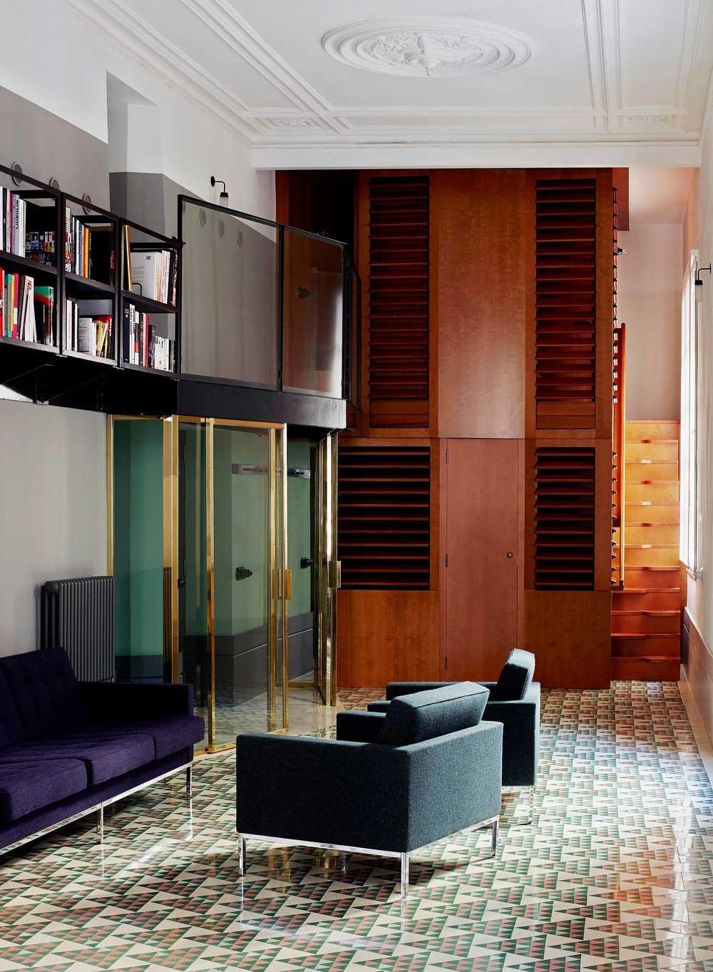 Интерьер гостиной в маленькой двухуровневой квартире
