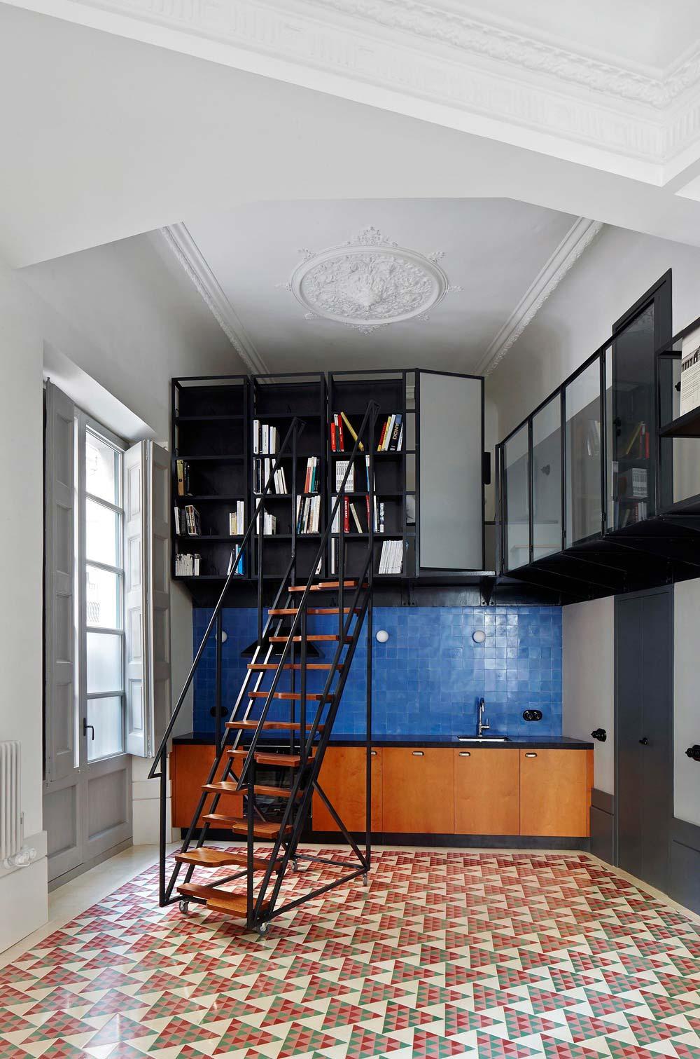 Книжный шкаф в интерьере маленькой двухуровневой квартиры