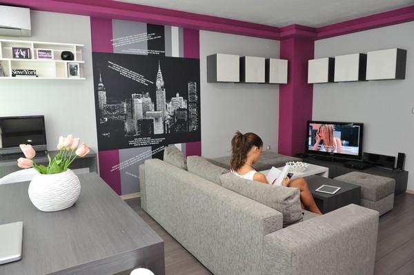 Дизайн гостиной в серо-сливовых тонах с графическими рисунками