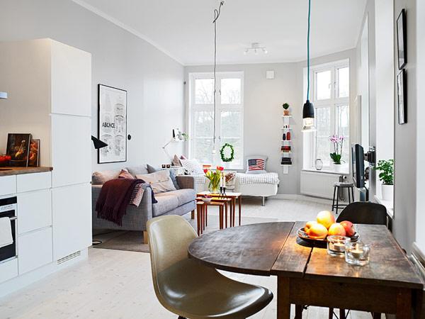 Оригинальный дизайн маленькой квартиры с большими окнами