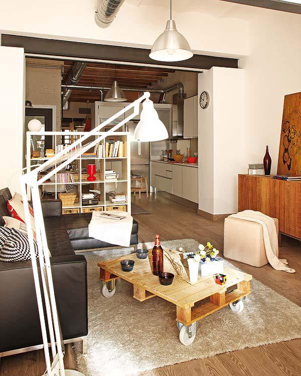 Интерьер гостиной с кофейным столиком из поддона