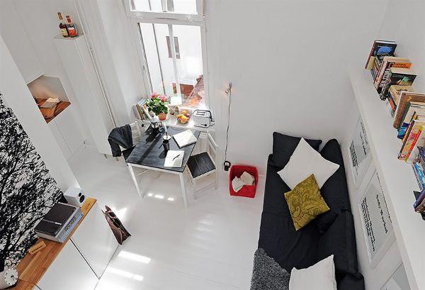 Крохотная квартира с декором рамкам с текстами и широкоформатными изображениями на стене