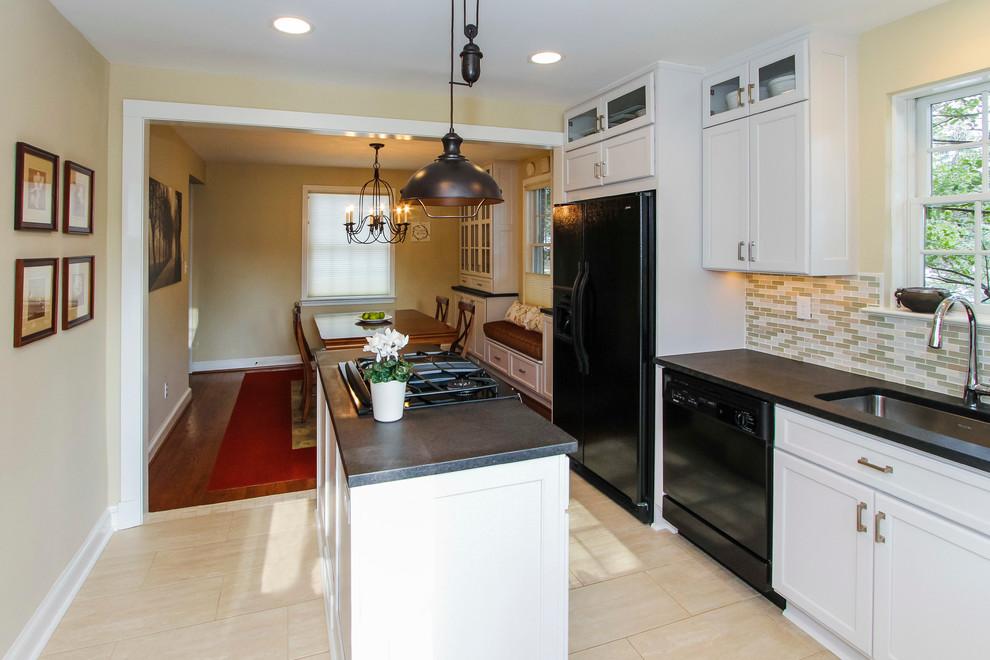Интерьер маленькой кухни в чёрно-белом цвете