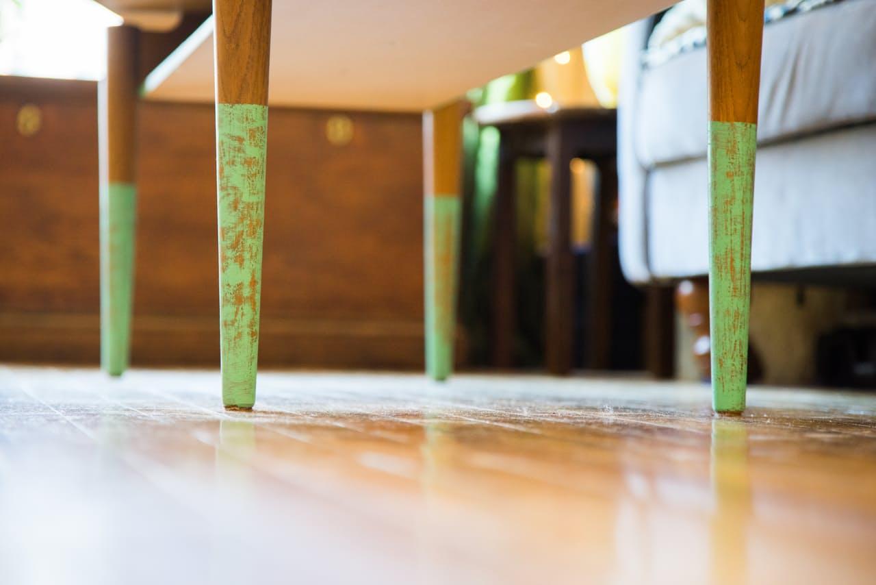 Деревянный пол в интерьере маленькой квартирки