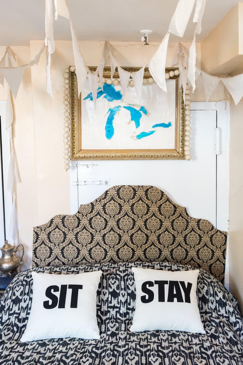 Подушки в интерьере маленькой спальни