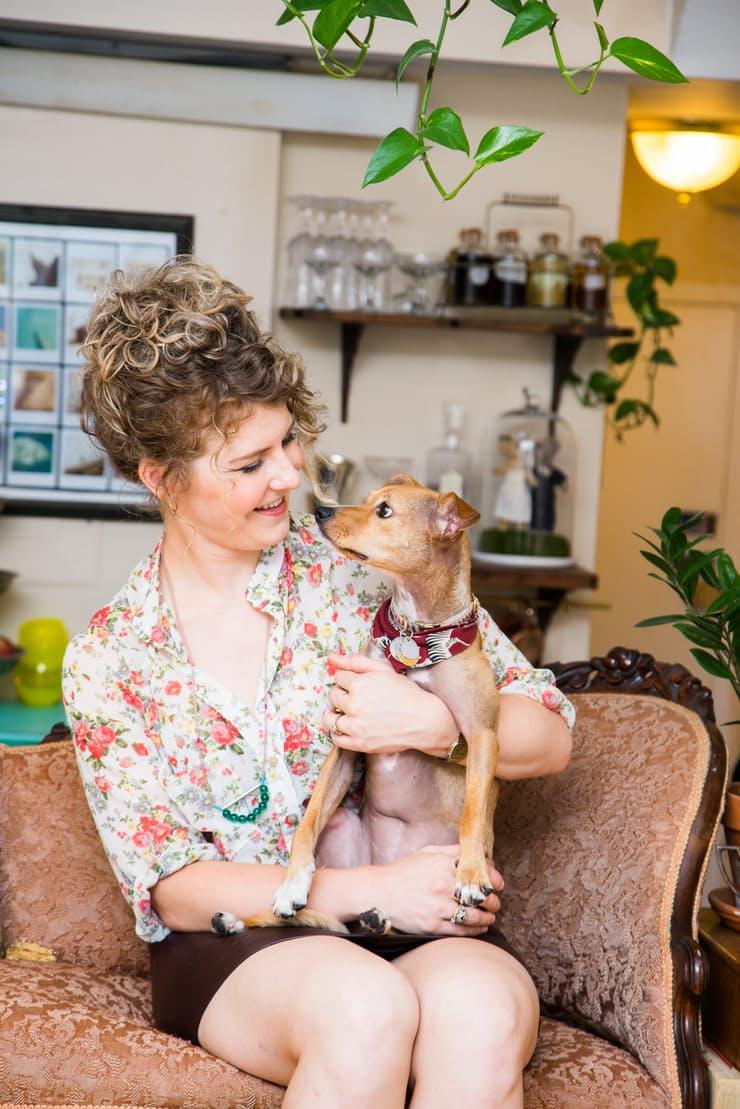 Хозяйка с собачкой в маленькой квартирке