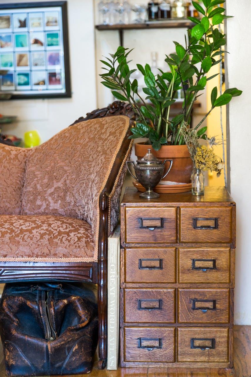 Роскошная мебель в интерьере маленькой квартирки