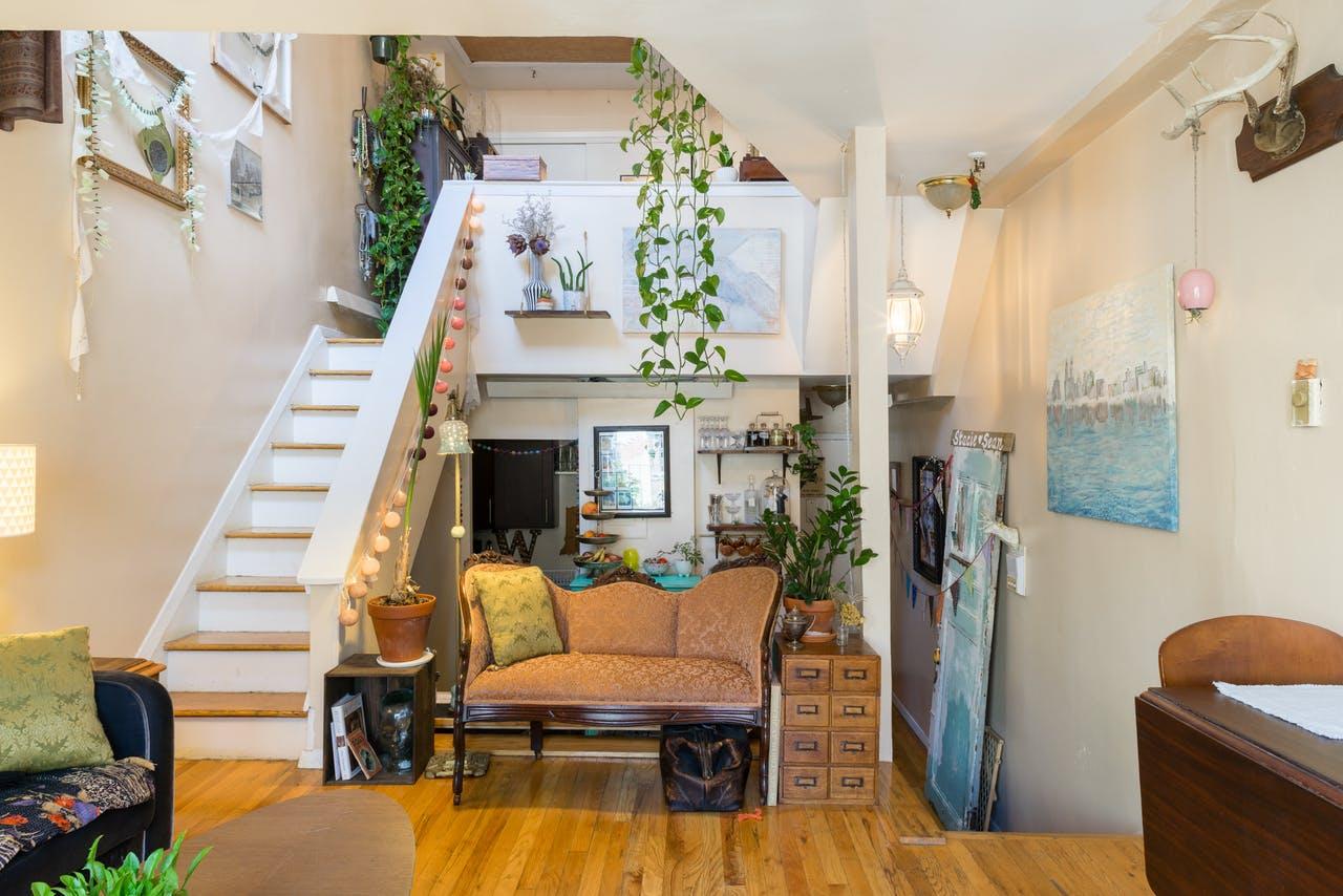 Лестничная площадка в интерьере маленькой квартирки