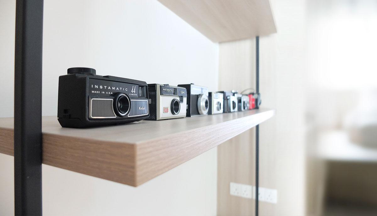 Коллекция фотоаппаратов на полке