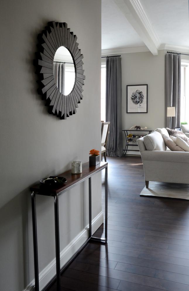 Интерьер маленькой квартиры: круглое зеркало в прихожей