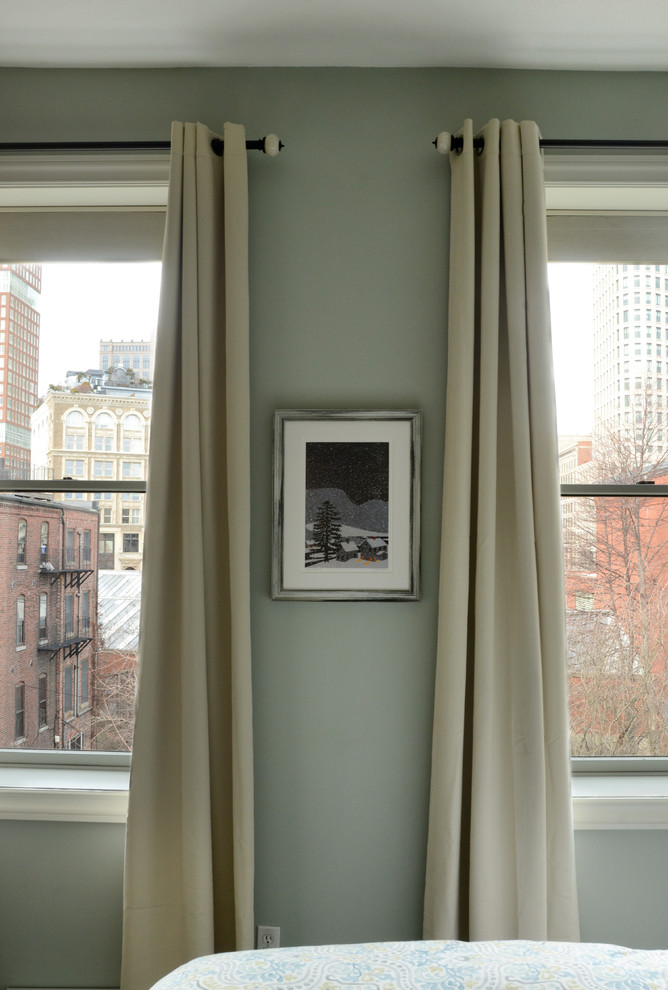 Интерьер маленькой квартиры: длинные шторы на окнах