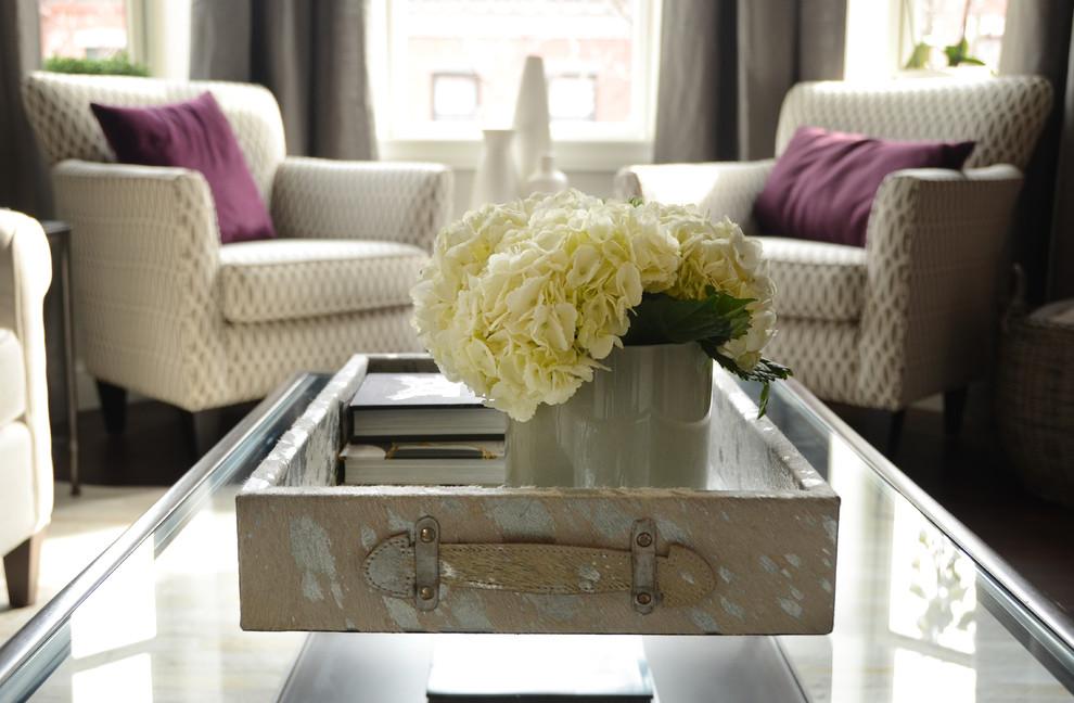 Интерьер маленькой квартиры: журнальный столик в гостиной