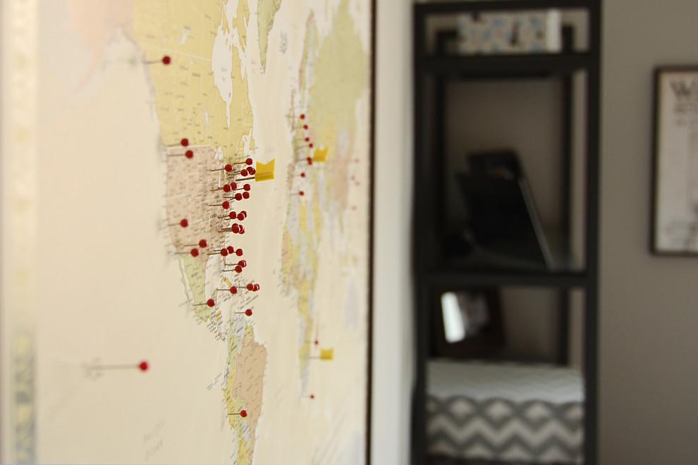 Карта на стене в маленькой квартире