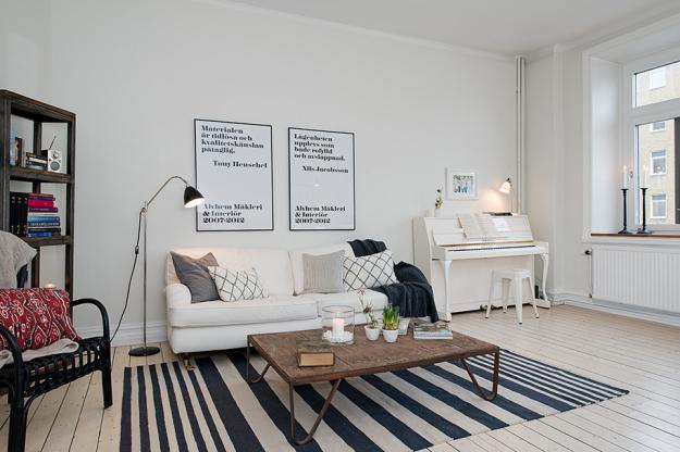 Рояль в гостиной квартиры в скандинавском стиле