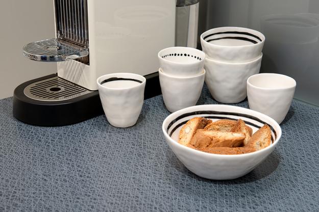 Посуда на кухне квартиры в скандинавском стиле в Гётеборге