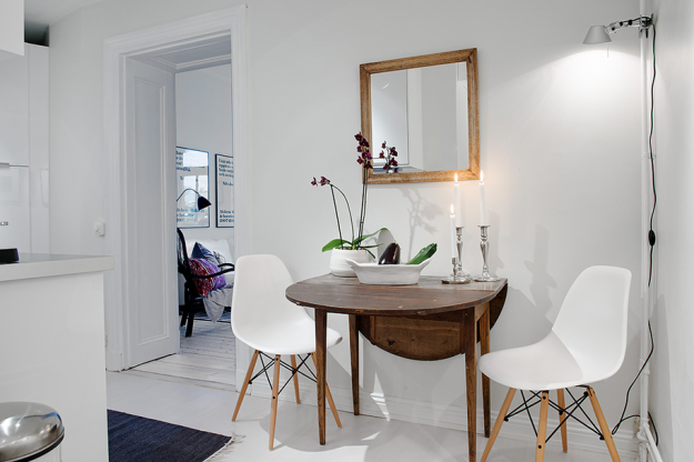 Зона для завтрака квартиры в скандинавском стиле в Гётеборге