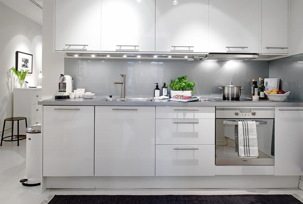 Кухонная зона квартиры в скандинавском стиле в Гётеборге