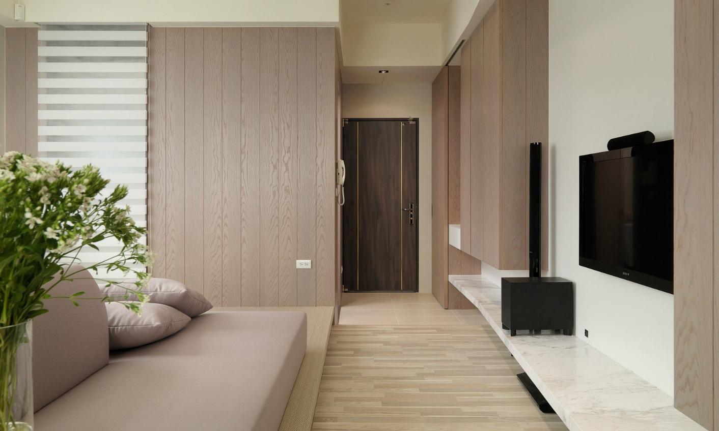 Деревянная отделка в интерьере маленькой однокомнатной квартиры