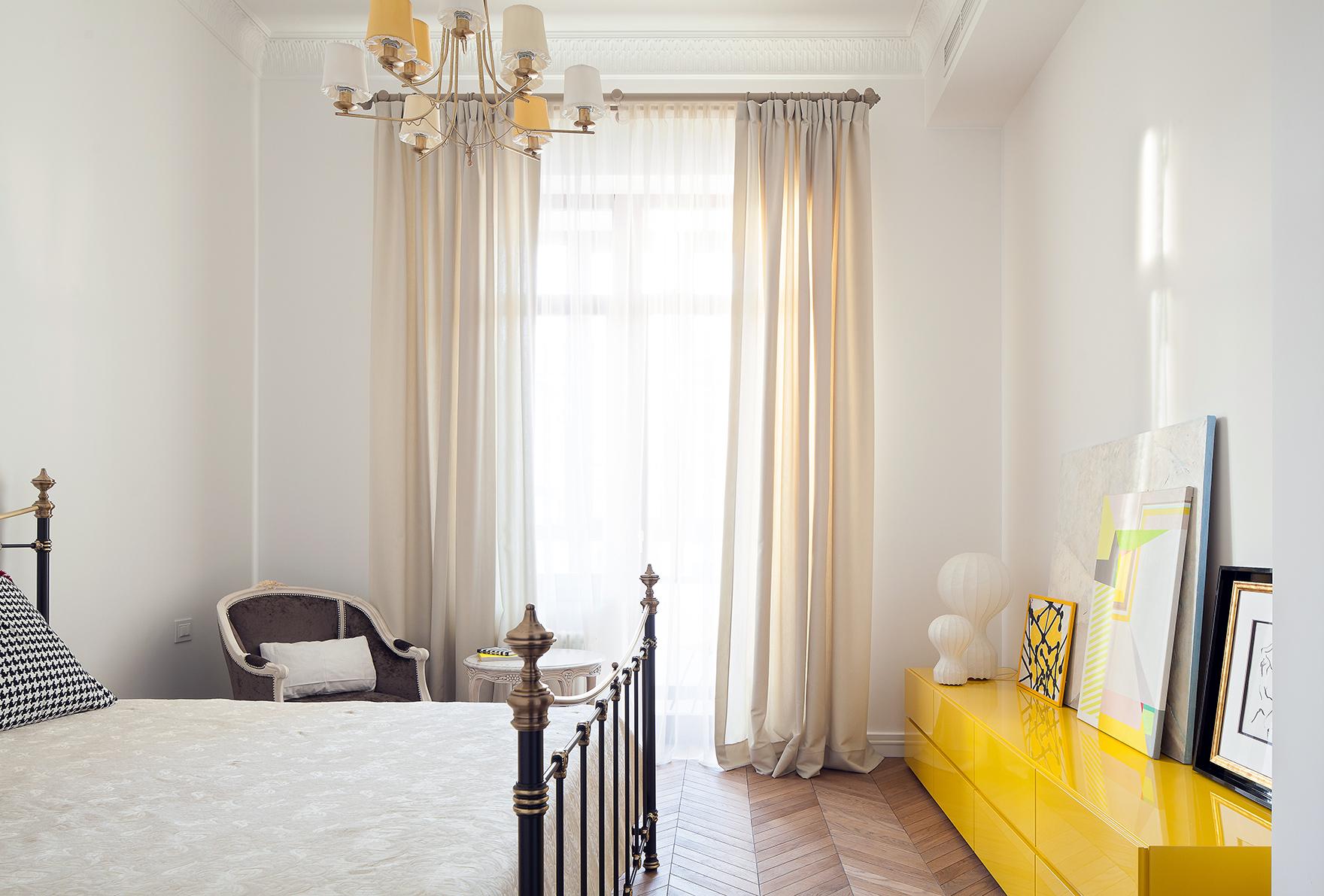 Маленькие спальни, выдержанные в светлых тонах, кажутся более просторными