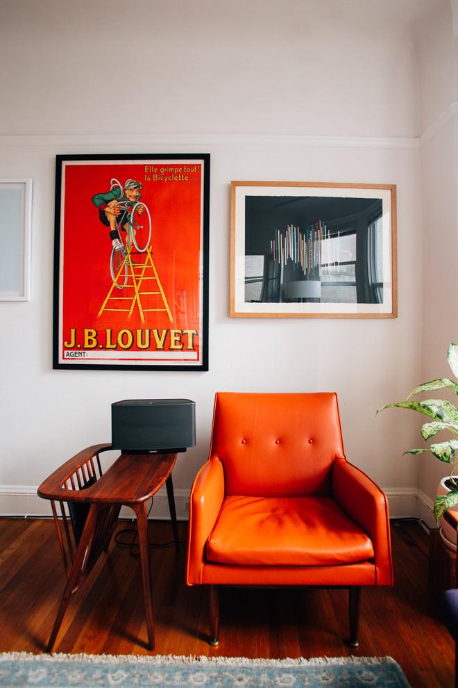 Яркое кресло в интерьере гостиной