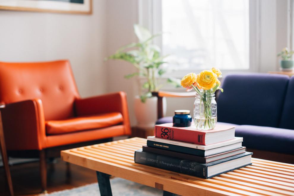 Книги на журнальном столике в гостиной