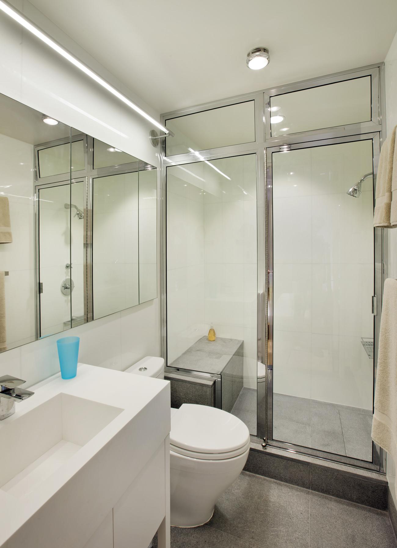 Интерьер просторной ванной в маленькой студии