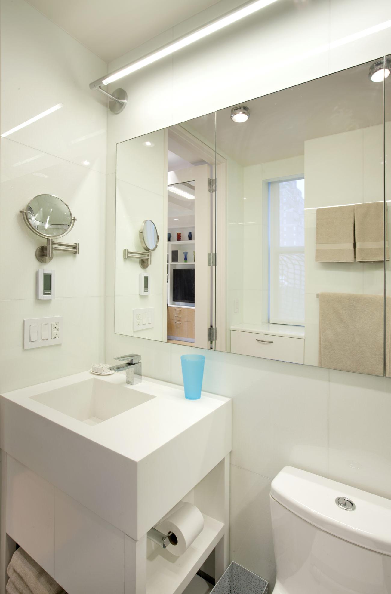 Интерьер ванной комнаты в маленькой студии
