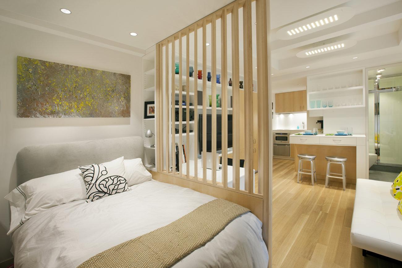 Спальня за перегородкой в интерьере маленькой студии