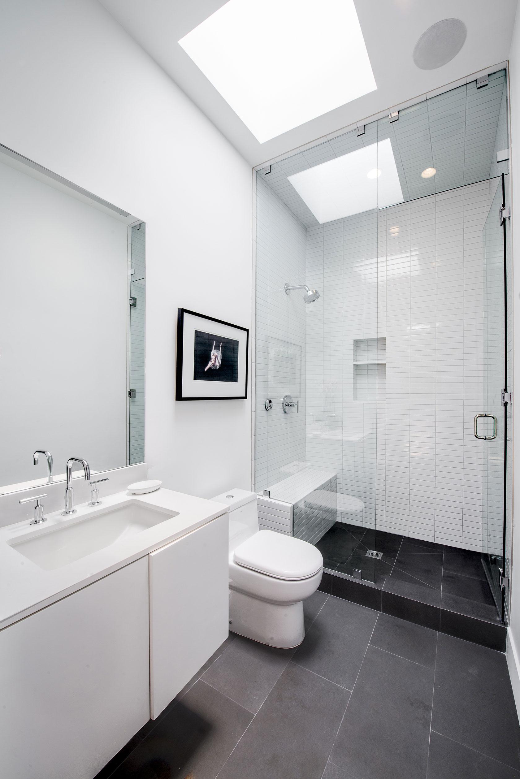 Интерьер маленькой ванной комнаты - фото 7