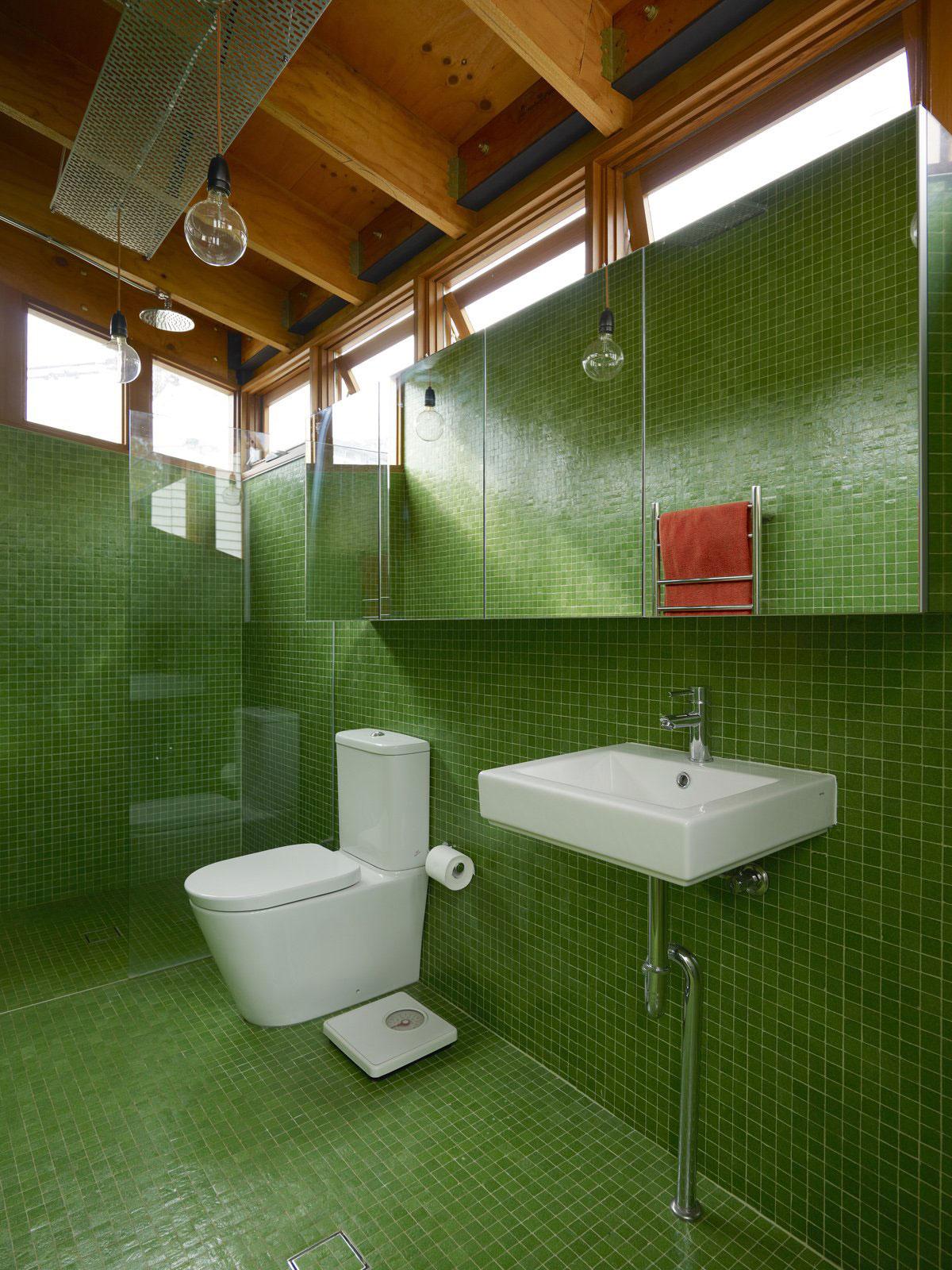 Интерьер маленькой ванной комнаты - фото 12