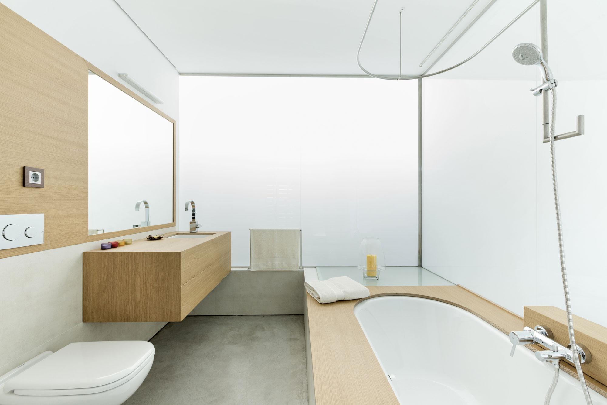 Интерьер маленькой ванной комнаты - фото 15