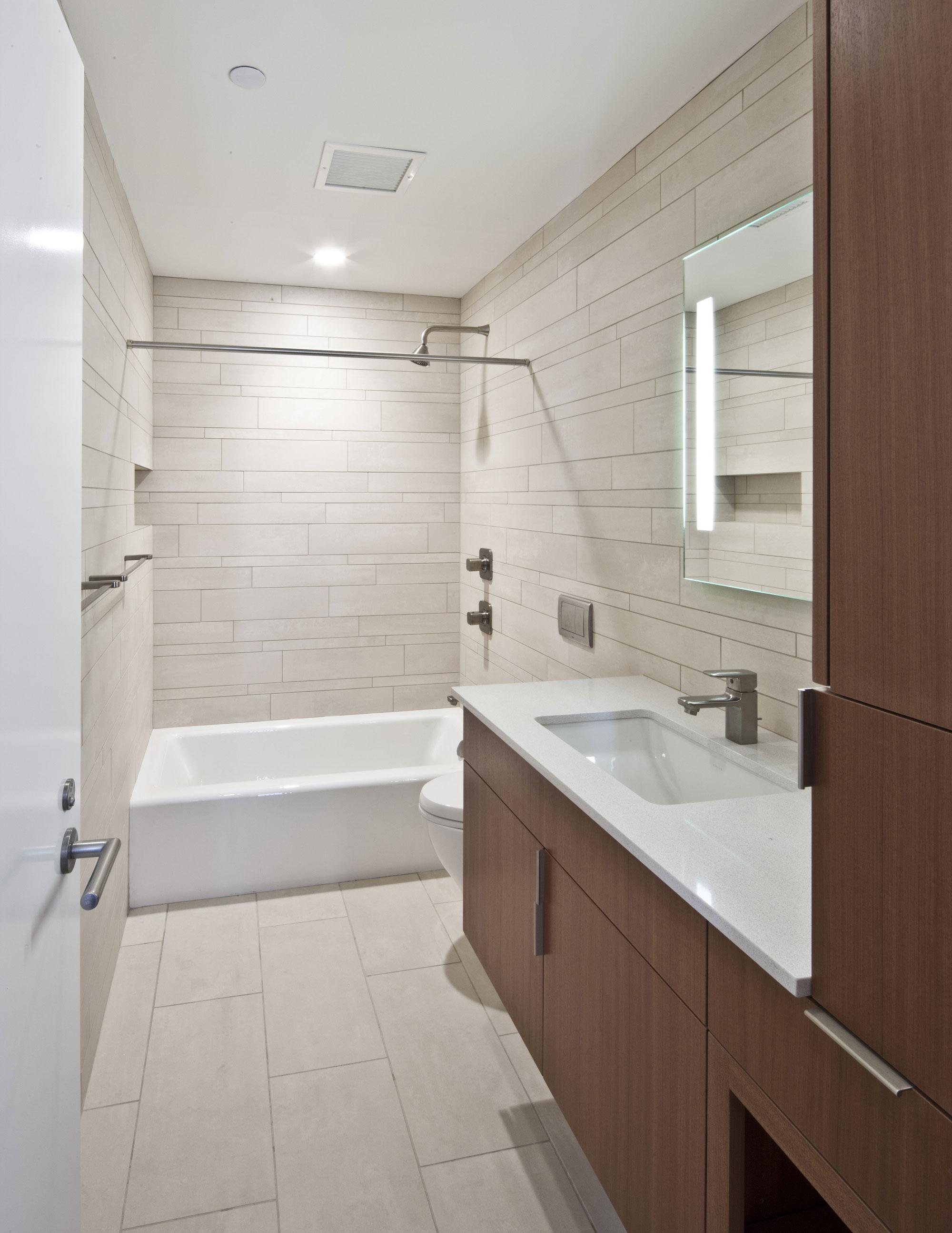 Интерьер маленькой ванной комнаты - фото 17