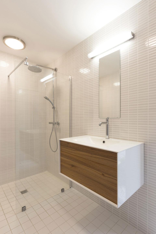 Интерьер маленькой ванной комнаты - фото 21