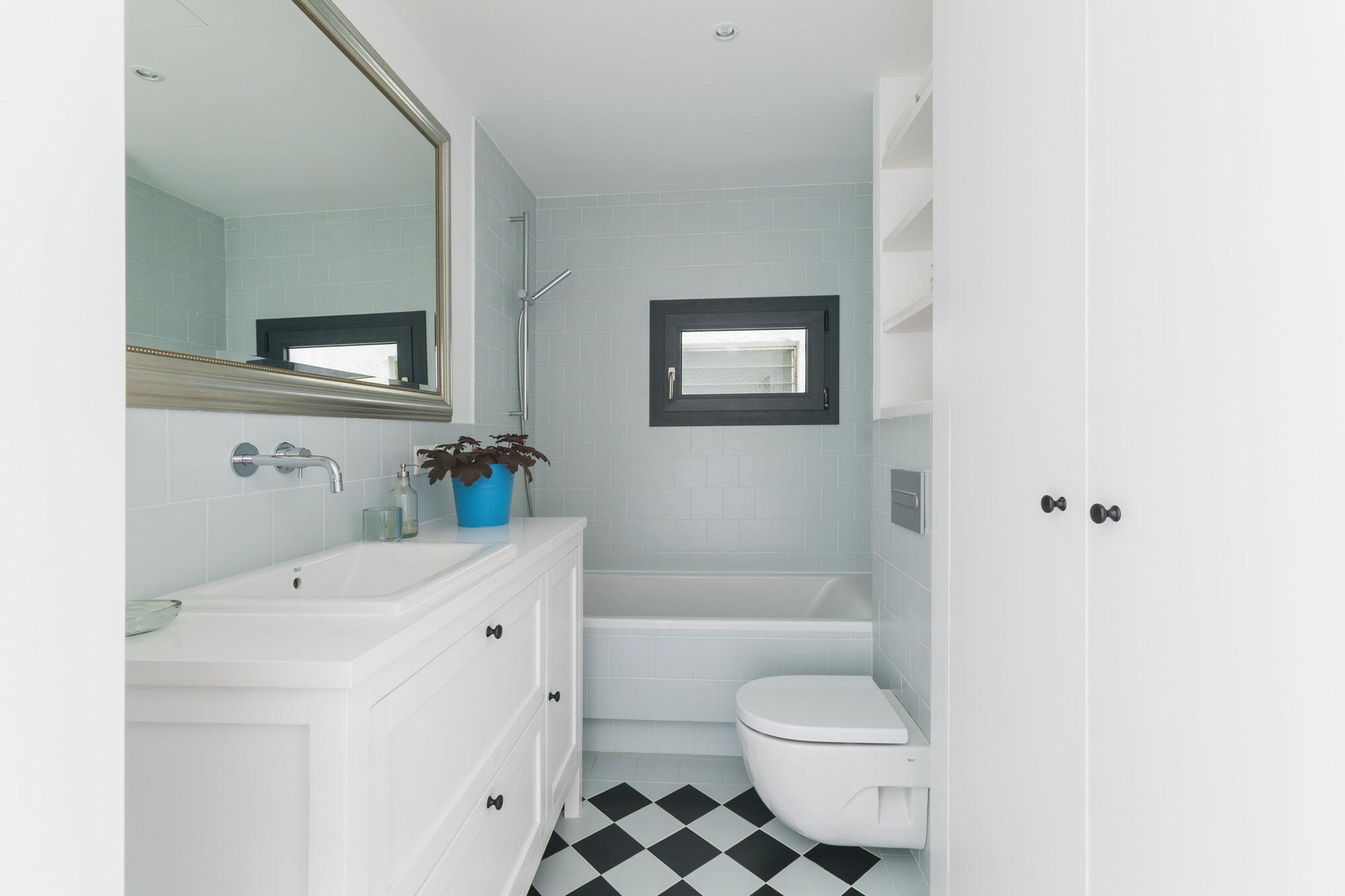 Интерьер маленькой ванной комнаты - фото 22