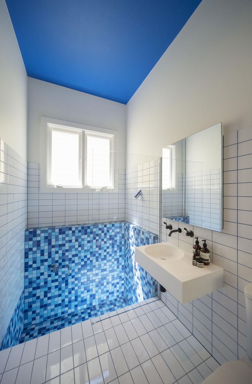 Интерьер маленькой ванной комнаты - фото 25