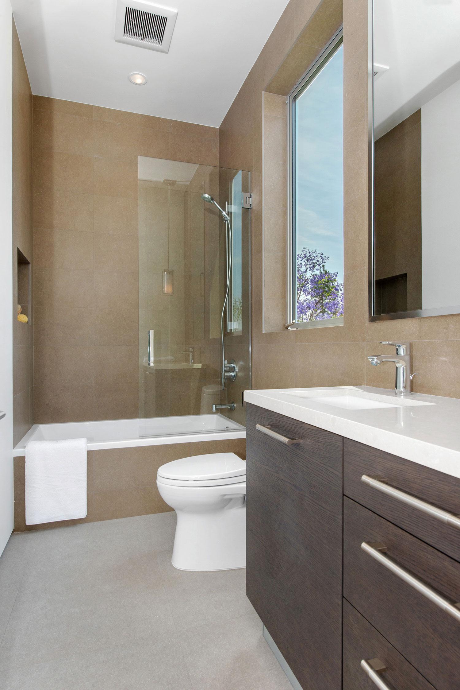 Интерьер маленькой ванной комнаты - фото 26