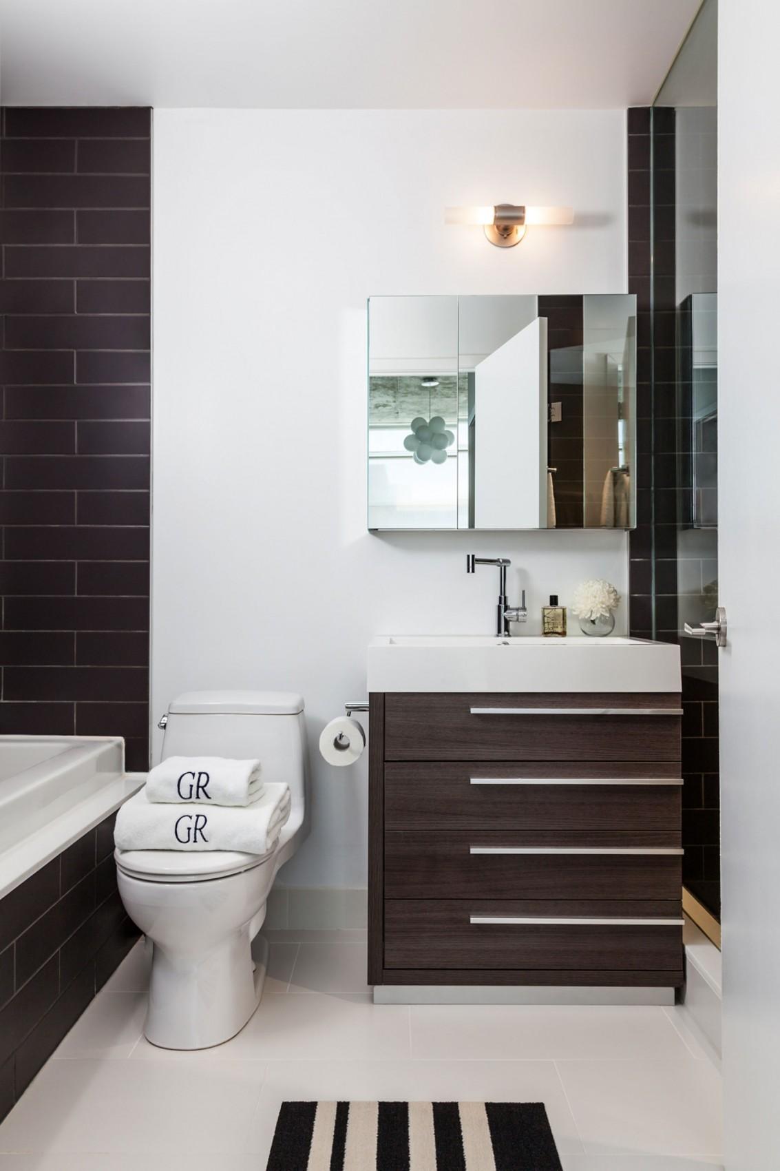 Интерьер маленькой ванной комнаты - фото 28