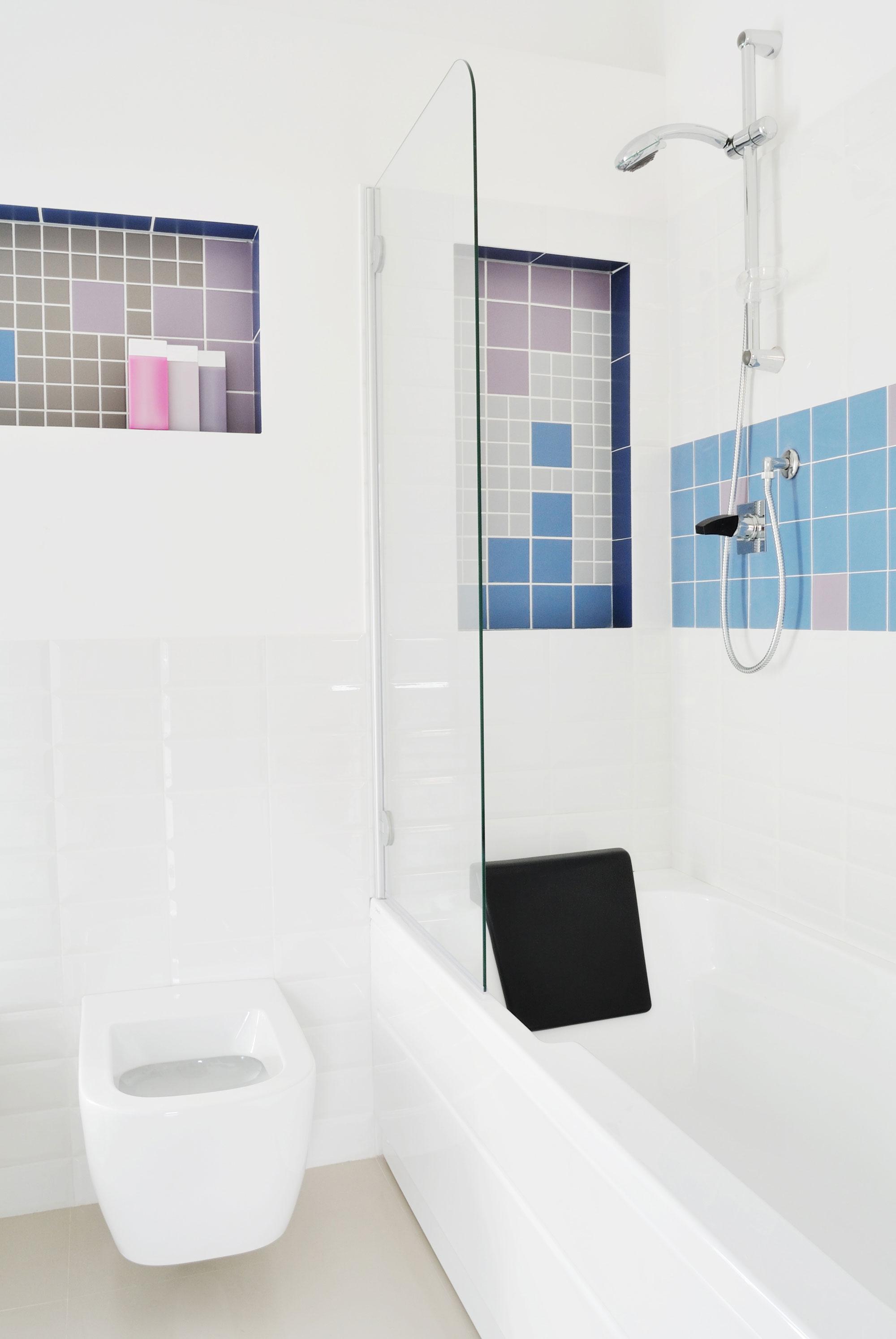 Интерьер маленькой ванной комнаты с туалетом