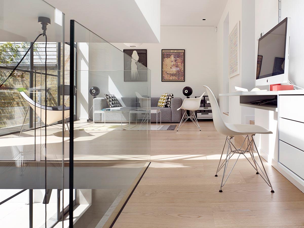 Интерьер небольшого дома со стеклянными перегородками