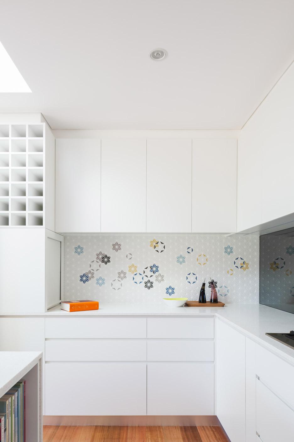 Угловая кухня в белом цвете