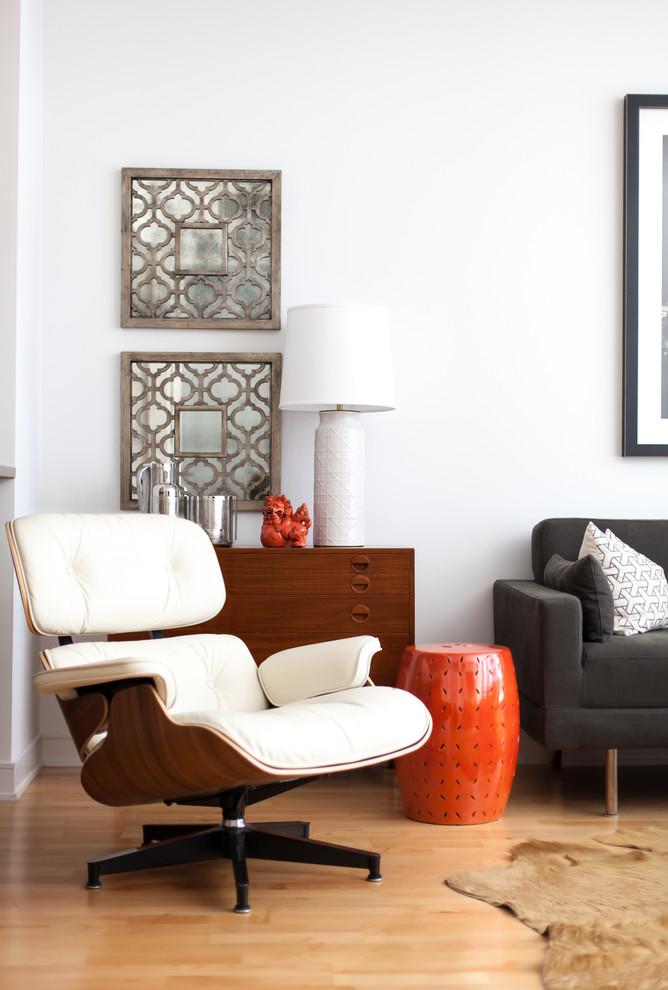 Мягкое кресло в интерьере маленькой квартиры в Сан-Франциско