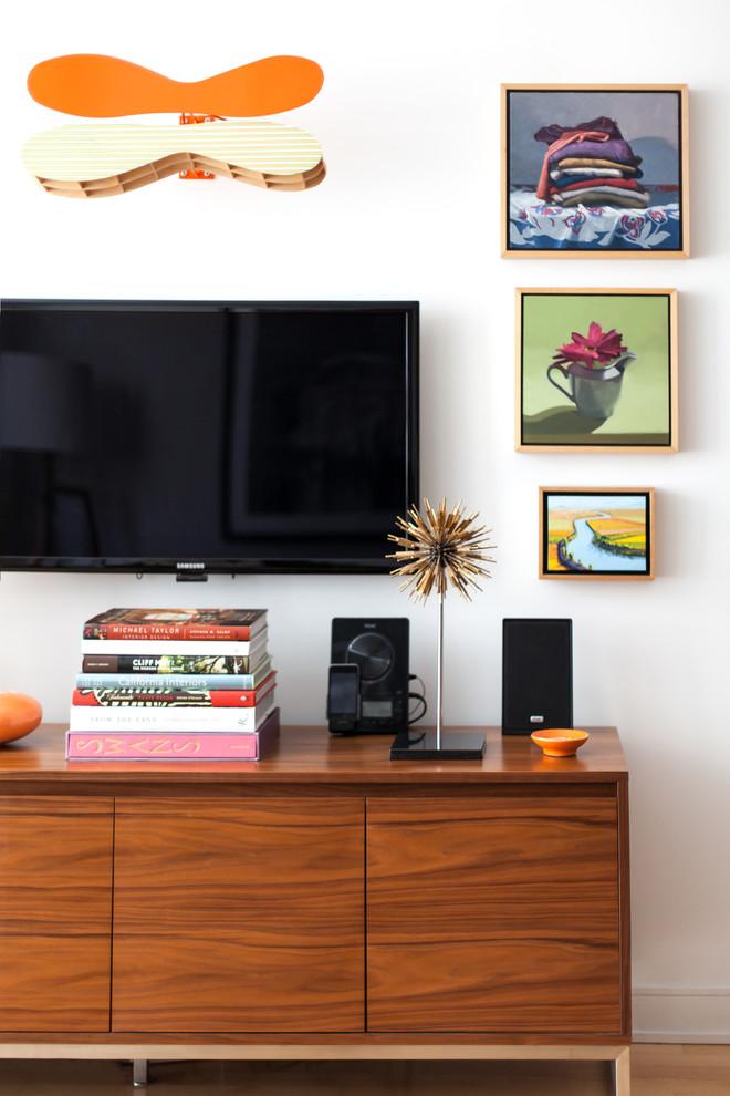 Телевизор над консолью в гостиной маленькой квартиры в Сан-Франциско